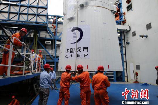 """嫦娥四号""""鹊桥""""中继星成功发射将搭建地月信息联通之桥"""