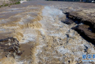 黄河壶口出现数百米大瀑布