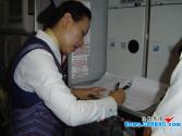 """乘务长王艳书:24年飞行千万公里的""""女超人"""""""
