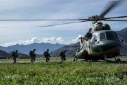 海拔4000米:西藏军区组织成建制伞降训练
