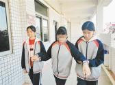 ?广东江门两少年长年坚持无微不至照顾残疾同学